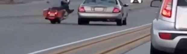Nakon što su se posvađali na autoputu, krenuo je da autom sruši čovjeka na motoru. BOLJE DA NIJE! (VIDEO)