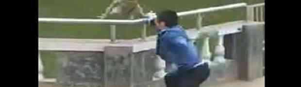 Bahati mladić prišao je majmunu i rukama ga gurnuo s ograde u vodu. Pogledajte šta će uslijediti u nastavku... (VIDEO)