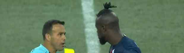 On je jedini fudbaler na svijetu koji je ZBOG OVOG poteza dobio žuti karton. Svi na stadionu nisu mogli vjerovati...