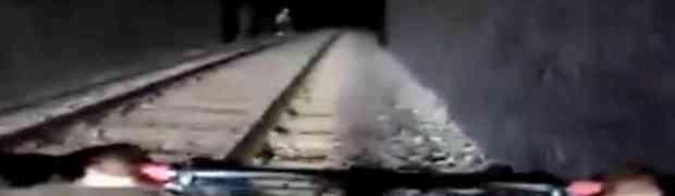 Biciklist je ušao u tunel ne znajući da s druge strane ide voz! Pogledajte šta se dogodilo... (VIDEO)