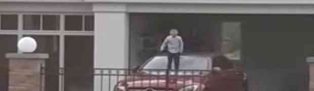 Ovom dječaku je bilo toliko dosadno, pa je odlučio da se malo 'poigra' s očevim skupocjenim Mercedesom (VIDEO)