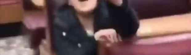 Posvađao se sa djevojkom, a onda je odlučio da joj uradi OVO i osramoti je pred cijelim restoranom! (VIDEO)