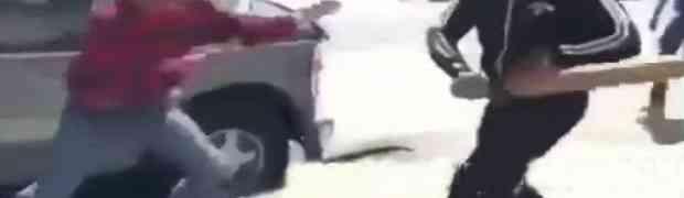 Uzeo je drvenu gredu i njome krenuo udarati čovjeka na cesti. Dobro se pripremite za ono što će uslijediti na 0:13! (VIDEO)