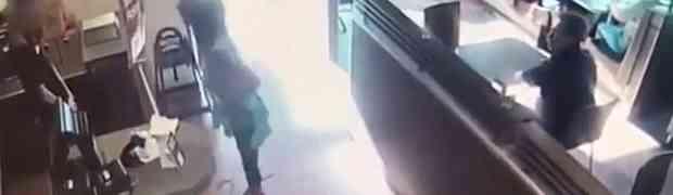 Posvađala se s konobarom, a onda je svojim sljedećim potezom UŽASNULA SVE U RESTORANU! (VIDEO)