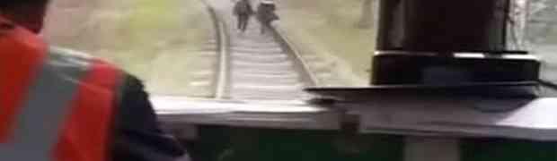 Pogledajte šta je ovaj ruski vozač voza uradio dvjema djevojkama koje su same šetale željezničkom prugom (VIDEO)