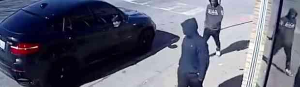 Dva naoružana muškarca pokušala su ukrasti crni BMW, no nisu znali da se u autu nalazi POLICAJAC! (VIDEO)