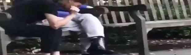 Snimao je Kineskinju kako sjedi na klupi u parku i hrani vrapce. Ono što je uradila na 0:05... (VIDEO)