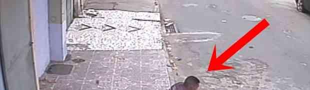 Mladić je sjedio na trotoaru i čačkao svoj telefon... Ono što je uslijedilo nasmijalo je MILIONE ŠIROM PLANETE!