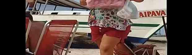 ENERGIČNA PRODAVAČICA: Ovako se prodaju pite na plaži u Brazilu! (VIDEO)
