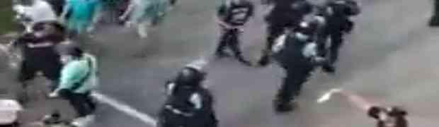 Demonstrant je prvo policajca pogodio kamenom u glavu, a onda je uradio NAJLUĐU STVAR! (VIDEO)