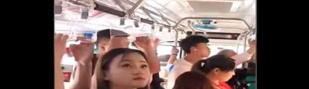 Kineskinja svojim potezom u gradskom autobusu nasmijala CIJELI INTERNET (VIDEO)