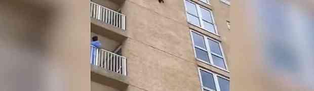 Gledali su rakuna kako se penje do 6. sprata zgrade... a onda je na 0:13 uslijedio šok! (VIDEO)