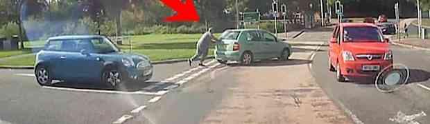 Automobil mu je stao nasred raskrsnice. Izašao je da ga pogura, no ovome se NIJE NADAO...