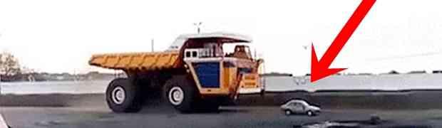 Evo šta se desi s autom kada preko njega pređe najveći kamion od 450 TONA! (VIDEO)