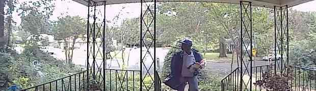 Čovjek je bio užasnut kada je vidio šta je poštar uradio ispred njegovih ulaznih vrata! (VIDEO)