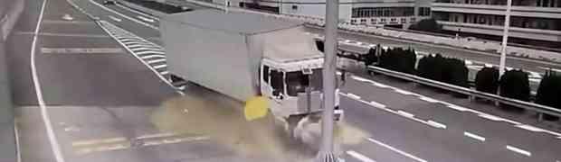 Kineski kamiondžija zaspao za volanom pa se pri punoj brzini zakucao u banderu! (VIDEO)