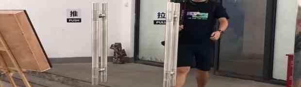 Ko god je došao na ovu ideju sa staklenim vratima, on je PRAVI GENIJ! (VIDEO)