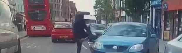 Htio je da autom udari momka na biciklu, a onda je tip izvadio NOŽ OD POLA METRA... (VIDEO)