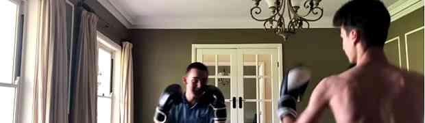 Bokserski meč u sobi između dva prijatelja završio NEOČEKIVANIM ISHODOM (VIDEO)